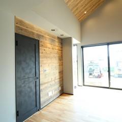 黒いドアが無垢材の良さを引き立てるミッドセンチュリーなリビング