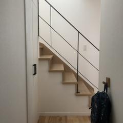 吹き抜けで明るく開放感あふれ心地良い空間演出!繊細で上品な階段下収納のあるナチュラルな家