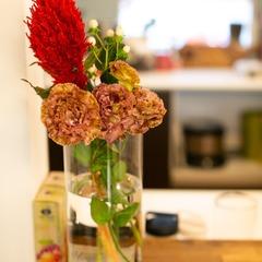 グリーンやお花でパッと華やかさをプラス!落ち着きのある北欧スタイルのリビング
