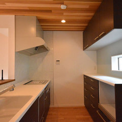 ナチュラルな木の質感あふれるキッチンのあるパッシブデザインなお家