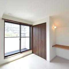高気密高断熱の天然木材クローゼットが映える洋室