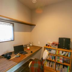 落ち着きのある空間で集中して仕事に取り組めるナチュラルな家のワークスペース