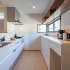 統一感ある清潔なホワイト調のキッチン