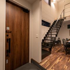 馴染みやすいウッドドアが決め手の玄関