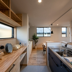 造作キッチンボードがあるオープンキッチン