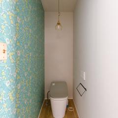 優しい北欧テイストのアクセントクロスでコーディネートされたトイレ