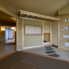高級旅館を思わせる和風な玄関がある注文住宅