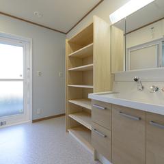ナチュラルなデザインの収納スペースと洗面所