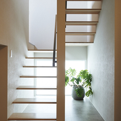 光が降り注ぐスケルトン階段