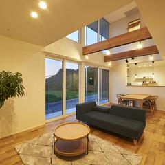東根市の注文住宅なら山形県山形市の設計士とつくるデザイナーズ住宅ハウスデザインまで♪1-2-13 夜・リビング・照明・オーク・吹抜け