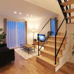 山形市の注文住宅なら山形県山形市の設計士とつくるデザイナーズ住宅ハウスデザインまで♪1-4-12 夜・リビング・階段