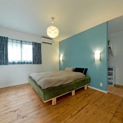 間接照明が落着きを演出するシンプルな寝室空間♪