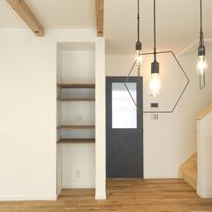 無垢フローリングとデザイン照明が特徴の家