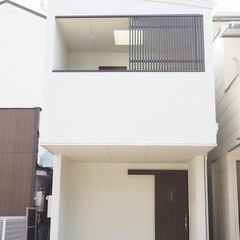 狭小地に建つ2階リビングの家