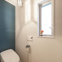 シンプルだけど太陽光で映えるおしゃれなトイレ