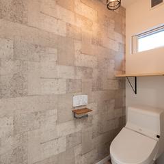 照明やデザインクロスにこだわったトイレ