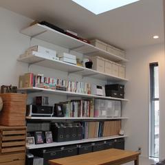 美しい規格住宅の好きなものを詰め込める棚があるお部屋
