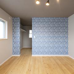 デザインクロスがアクセントの収納スペースたっぷりな洋室