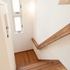 無垢材で造作した階段手摺
