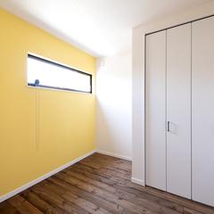 イエローのカラークロスがかわいい無添加な洋室