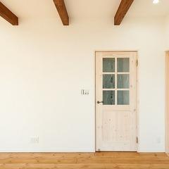 ナチュラルな無垢材のドア