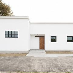 漆喰の平屋の家