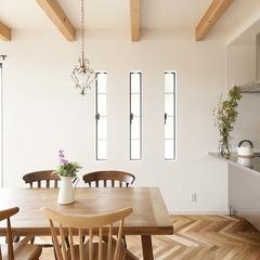 ヘリンボーンの床とテーブル