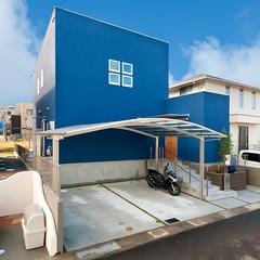 ブルーの塗り壁の家