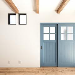 ブルーの引き違い扉