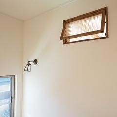 階段ホールの木製内装窓